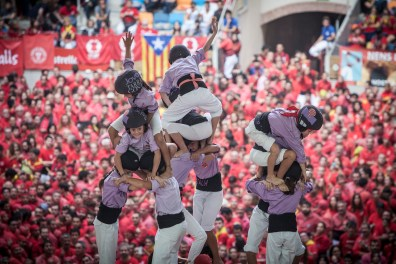 Moment that the castell (human tower) is done, whenever the children raise thier hands. If not it is not valid.