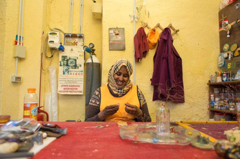 Roawda, ran away from the war in Somalia about 7 years ago. Arrived in Libya, after 2 days of sea crossing reached Lampedusa at first and then was transferred to Foggia for 6 months. She works full-time now in the glass laboratory of the association Città Futura.