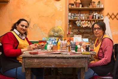 Umme Kulsoom (on the left) in the association's pottery workshop Citt‡ Futura along with her assistantof Riace. Umme comes from Pakistan, she has 4 children and lives for 4 years in the city of hospitality.