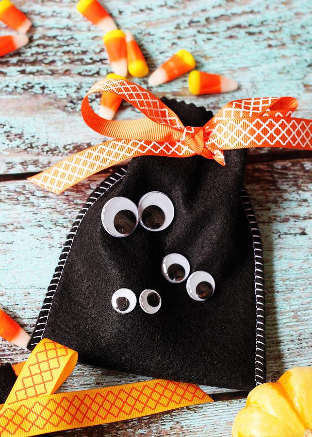 Googly eye Halloween treat bags by Positively Splendid for Darice