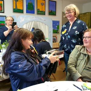 Postcrossingyhdistys huomioi vuoden taiteilija Minna Lehväslaihoa pienellä kevättervehdyksellä