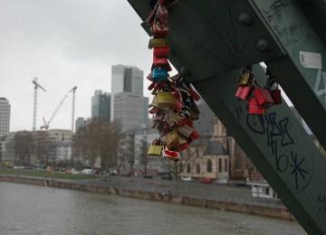 Φρανκφούρτη: Κλειδώνουν τον έρωτα κάτω από στίχους του Ομήρου