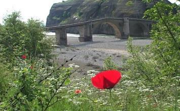 Η πέτρινη γέφυρα της Σαρακίνας από τον Βησσαρίωνα, τον γεφυροποιό