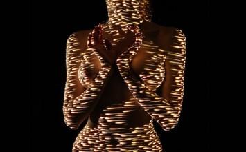 Το γυναικείο σώμα ντυμένο μόνο με φως