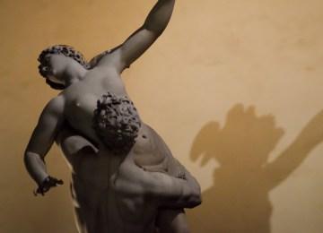 """Η """"σιωπηλή"""" κραυγή του βιασμού: Οκτώ μύθοι που καταρρίπτονται από τις έρευνες"""