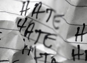«Δημόσιος Λιθοβολισμός»: Ρητορεία του Μίσους και Ελευθερία Λόγου