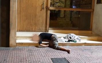 Ένα ανθρώπινο σώμα στα σκαλοπάτια πολυκατοικίας…