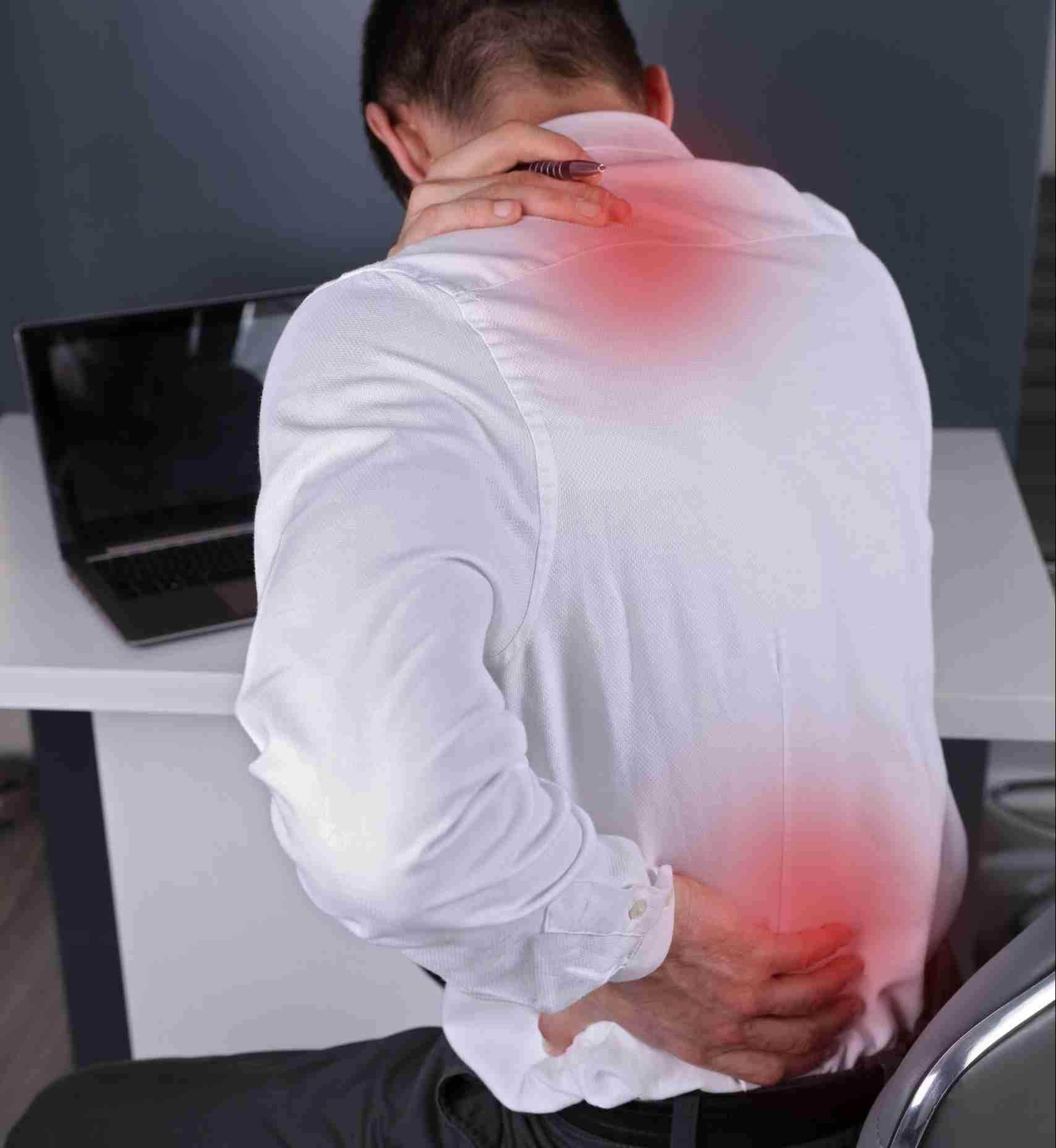 Uomo con dolore al collo e alla schiena causati da lavoro d'uffico - Foto per Testimonianze Video con Categoria Dolore Spalle, Bacino, Collo, Testa, Schiena