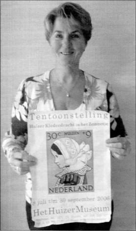 Ditty Klein met poster