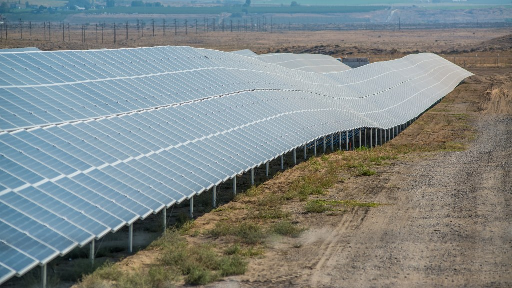 Looking east along the first row of solar panels in Richland, WA.