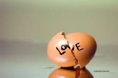 Broken hearts are like broken eggs. Image from http://dating.lovetoknow.com/Breakup_Quotes