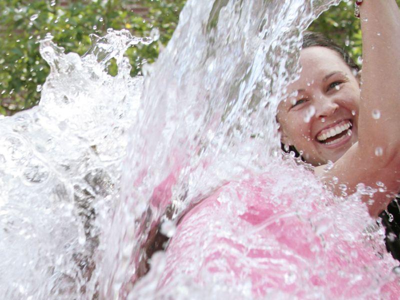 Marié à deux femmes, il est découvert à cause du Ice Bucket Challenge