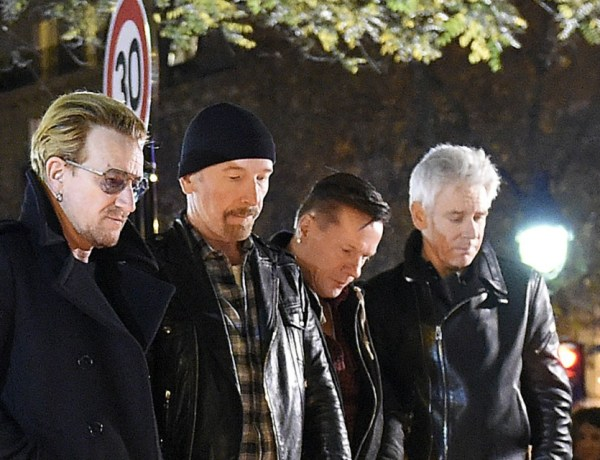 Attentats à Paris : Le groupe U2 se recueille devant le Bataclan (VIDEO)
