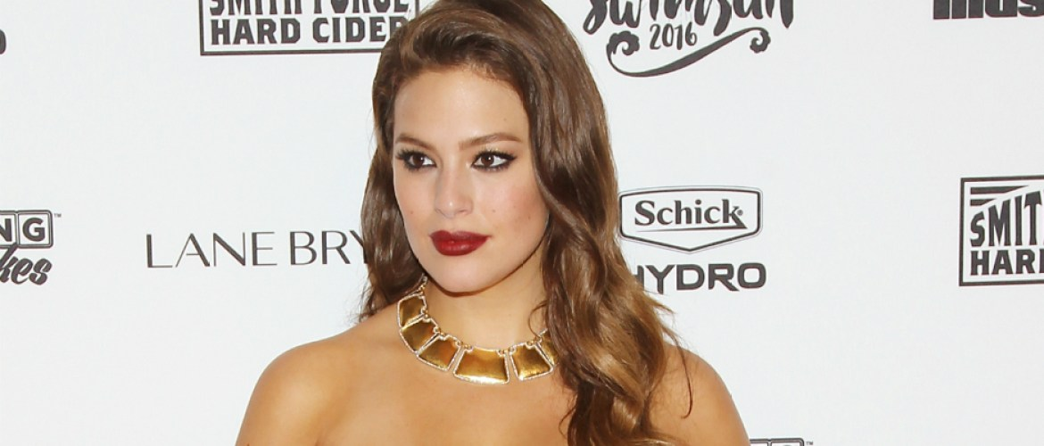 Coquine ! Ashley Graham se filme seins nus !