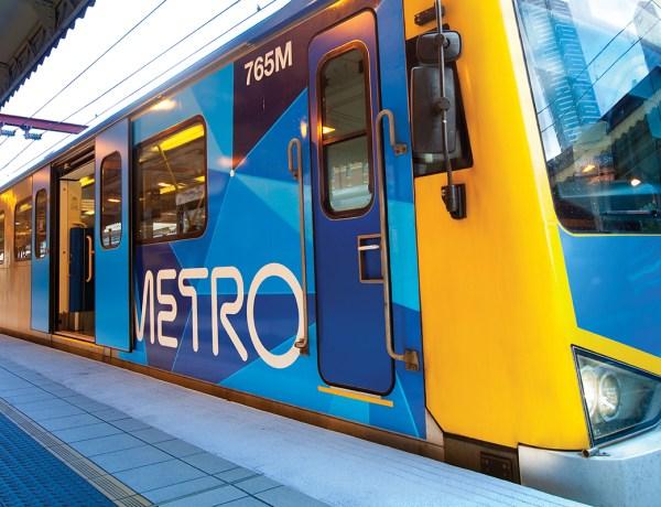 Deux hommes font l'amour sur un quai du métro de Melbourne