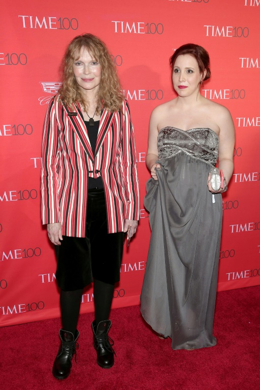 Mia Farrow (G) et sa fille Dylan Farrow, le 26 avril 2016 à New York
