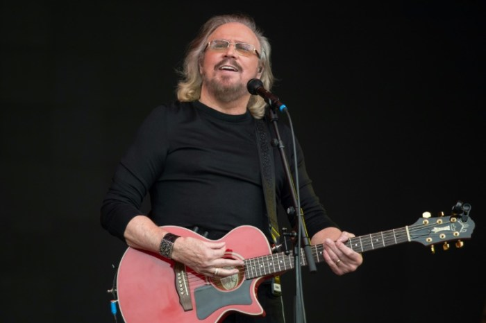 Le chanteur des Bee Gees Barry Gibb, le 25 juin 2017 à Pilton au Royaume-Uni