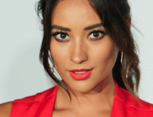 Shay Mitchell (Pretty Little Liars) ose la combi transparente, c'est hot !