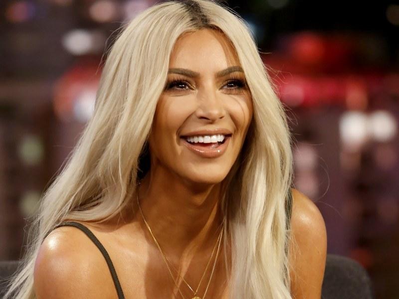 Kim Kardashian : La sulfureuse brune s'est teint les cheveux en rose !