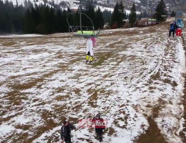 Quand une skieuse rate sa descente du télésiège…