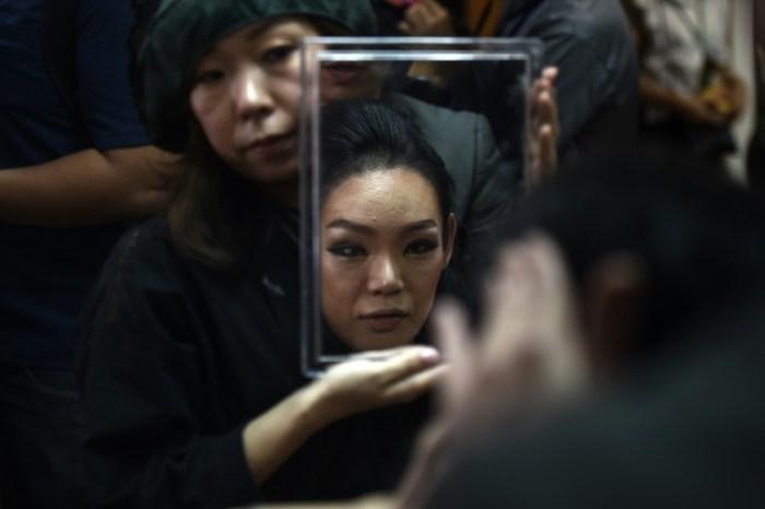 La Japonaise Yuko ajuste son maquillage avant le concours de beauté transgenre