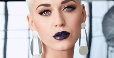 Katy Perry tombe et montre sa culotte à la télévision américaine !
