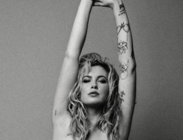 Ireland Baldwin imite sa mère Kim Basinger et pose nue contre la fourrure