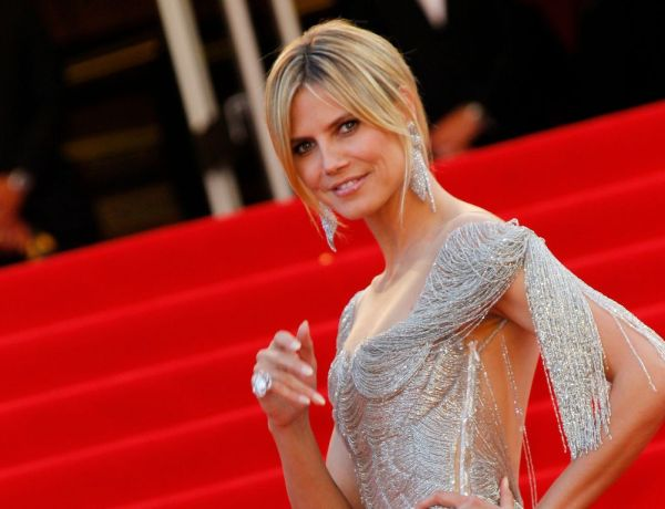 "A 44 ans, Heidi Klum pose seins nus en Une de ""Maxim"" !"