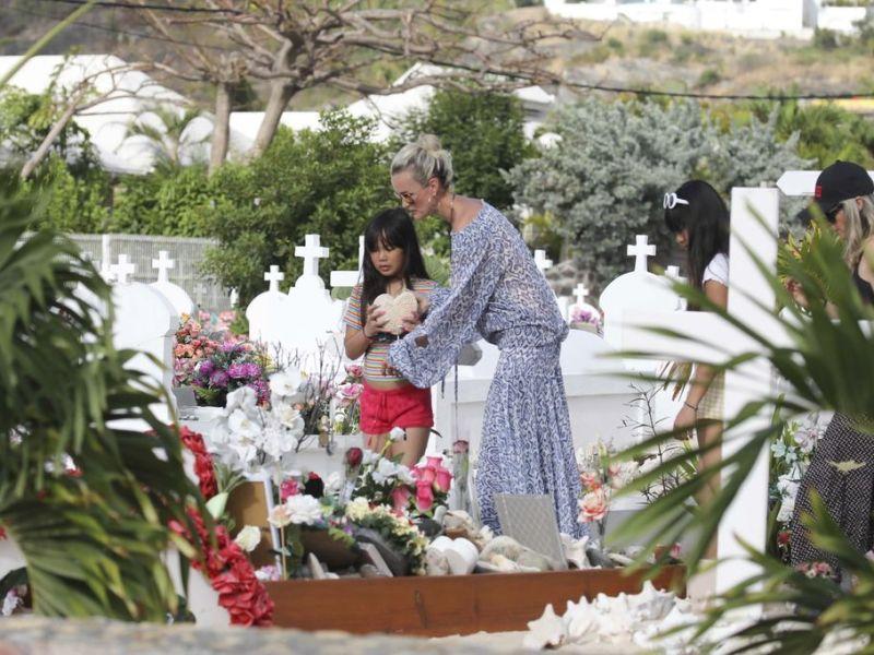 De retour à Saint-Barth, Laeticia Hallyday s'effondre sur la tombe de Johnny Hallyday