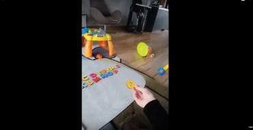 Une mère tente d'apprendre l'alphabet à sa fille… et a le fou rire de sa vie !