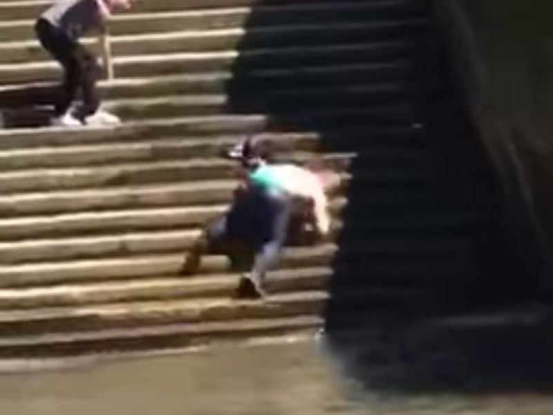 Oups ! Quand un homme glisse le long des escaliers… et se retrouve dans la Tamise !