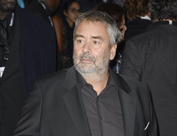 """Luc Besson visé d'une plainte pour viol : Il est """"tombé de sa chaise"""" selon son avocat"""