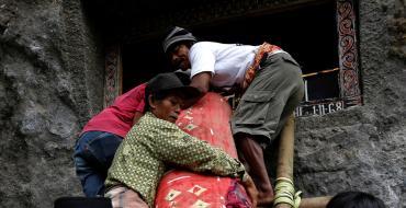 Indonésie : Un homme meurt écrasé par le cercueil de sa mère