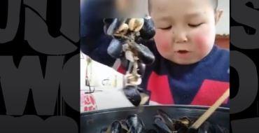 Chine : Poulet, insectes, poulpe… Un enfant peut absolument tout manger !