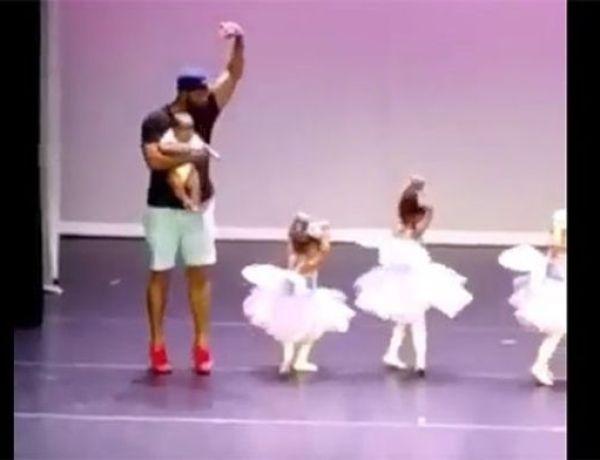 Effrayée lors de son premier ballet, son père monte sur scène pour l'aider !