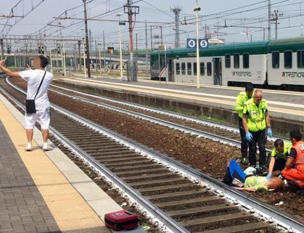 Italie : Un homme prend un selfie devant une femme tout juste heurtée par un train