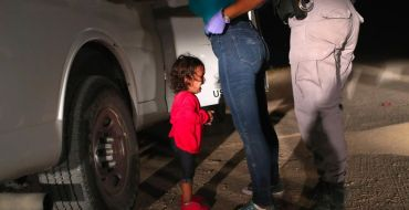 """<font color=""""#be075e"""" >Fillette en pleurs à la frontière entre le Mexique et les Etats-Unis </font> : Les coulisses du cliché qui bouleverse le monde entier"""