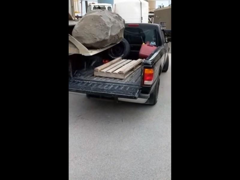 Régis charge un rocher dans un pick-up et c'est le drame !