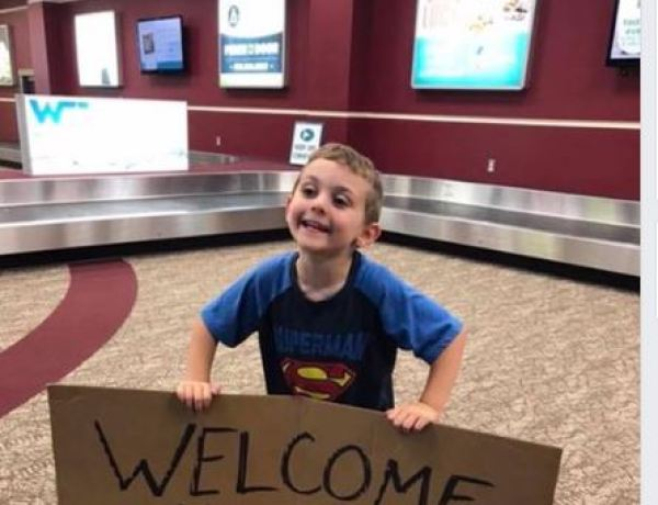 Ce petit garçon attendait sa mère avec un panneau très gênant à l'aéroport !