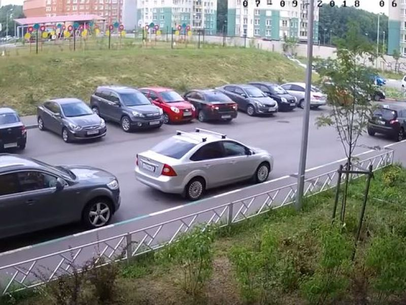 Russie : Incroyable ! Un automobiliste n'arrive pas à sortir de sa place de parking…