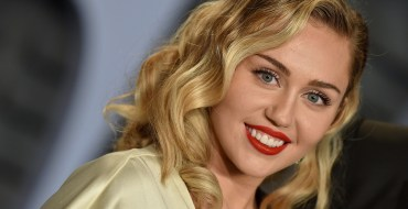Miley Cyrus pose topless pour la promotion de son nouveau hit