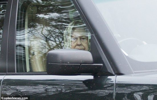 La reine Elizabeth II filmée sans ceinture de sécurité !