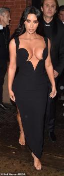 Kim Kardashian présente un décolleté XXL à ses fans