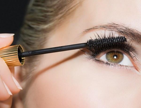 Une Youtubeuse s'asperge les yeux de gaz lacrymogène pour tester son mascara