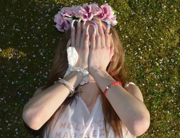 Cette jeune femme n'a pas coupé ses ongles pendant trois ans