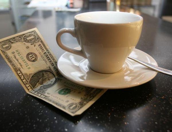 Vengeance : Elle vole la carte bleue de son copain et laisse un pourboire de 5000 $