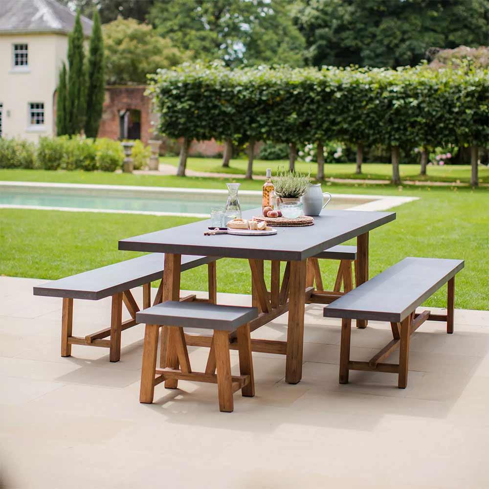 belle grande table de jardin avec 2 bancs et 2 tabourets