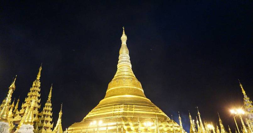 Shwedagon, la plus grande pagode de Yangon de nuit. 1
