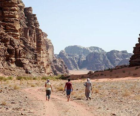 Marcher dans le désert 🎶 #tropchaudcommemaintenant #family #jordanie #jordan #wadirum 17