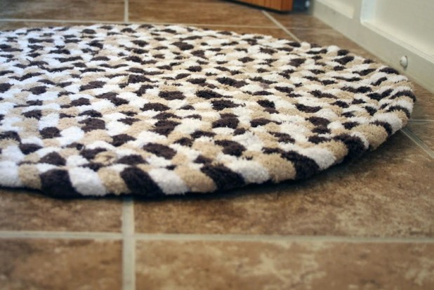 3-Towel-bath-rug-675x451 6 Easy DIY Bathroom Rugs